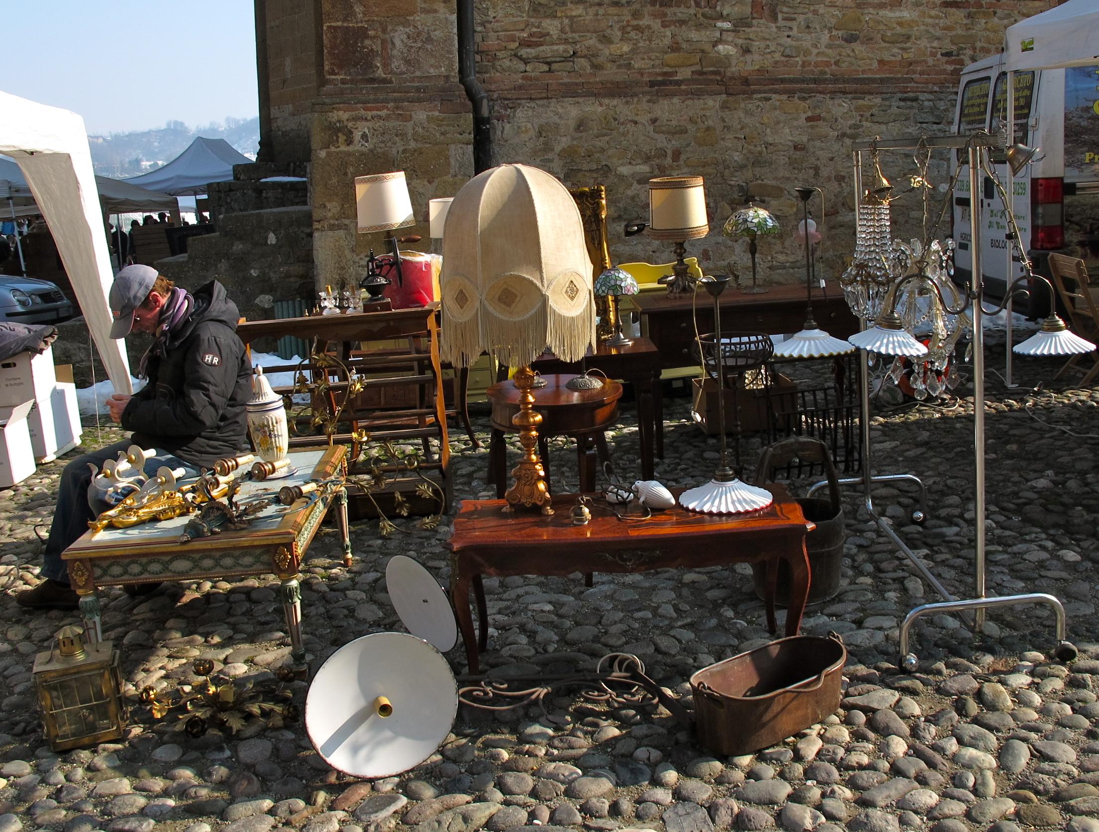 Castell arquato turismo oggi tanta gente al mercatino for Mercatini antiquariato oggi